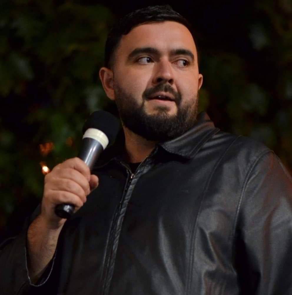 Hago Babikyan auf der Tribüne während eines Protests.